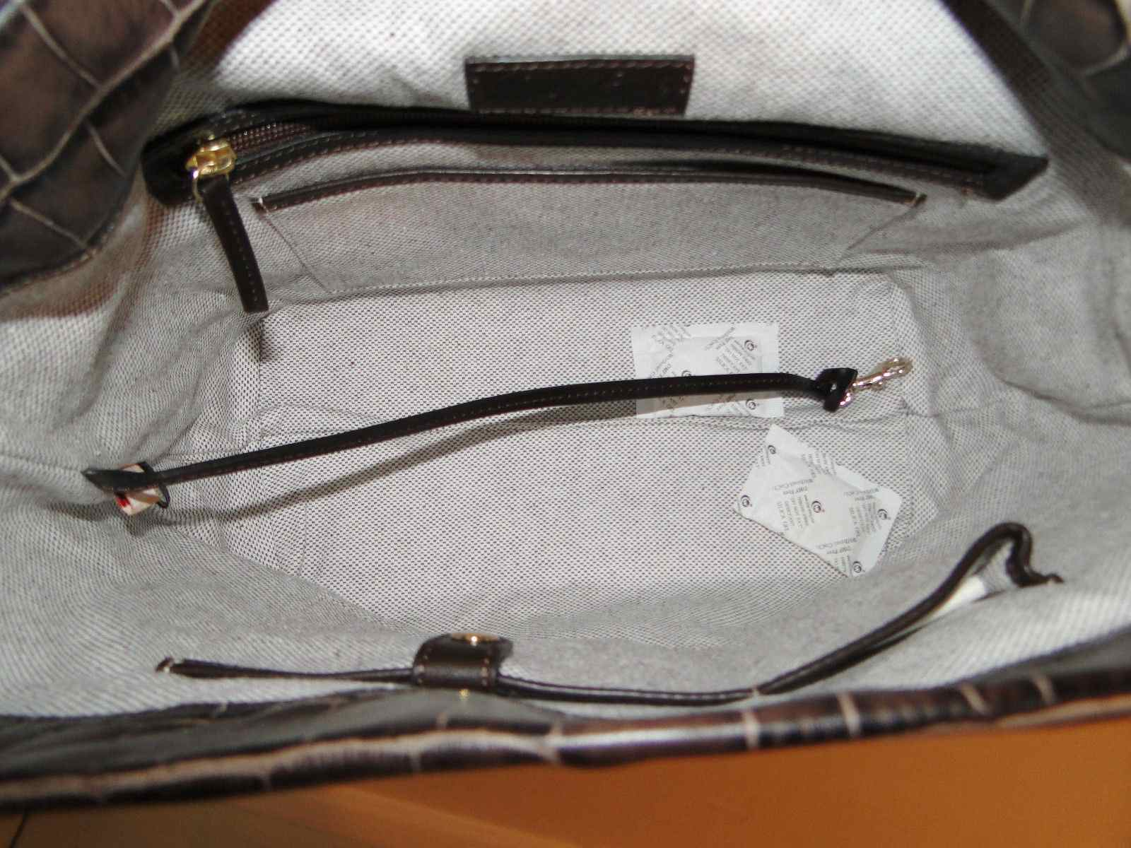 Dooney & Bourke Logo Lock Leather Sac & Accessories *MINOR DEFECT*